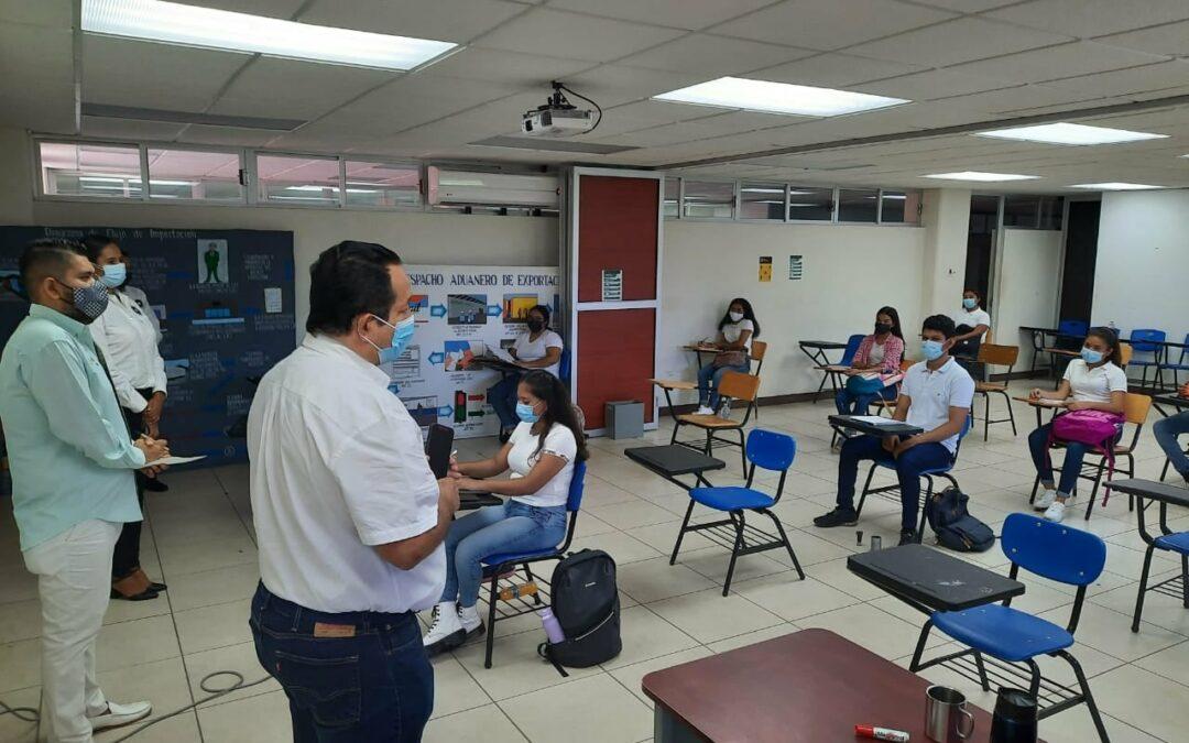 Rector de la UTCGG, brinda mensaje de bienvenida a estudiantes de la modalidad mixta